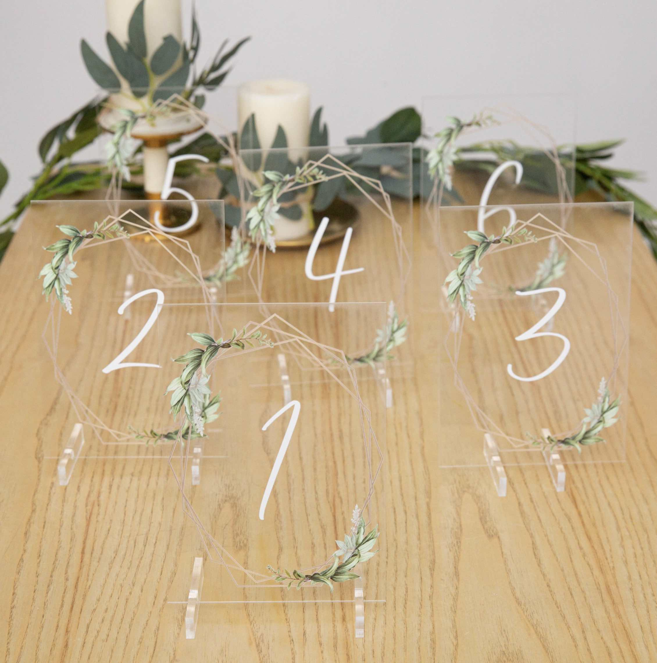 Marque-table en plexiglas transparent YKT011